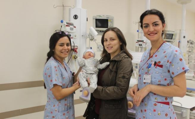Bursa'da bağırsakları göğsünde olan bebek hayata tutundu