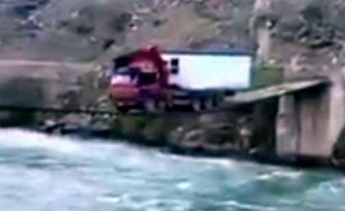 Görenler hayrete düştü... 25 tonluk kamyonun ölüm oyunu