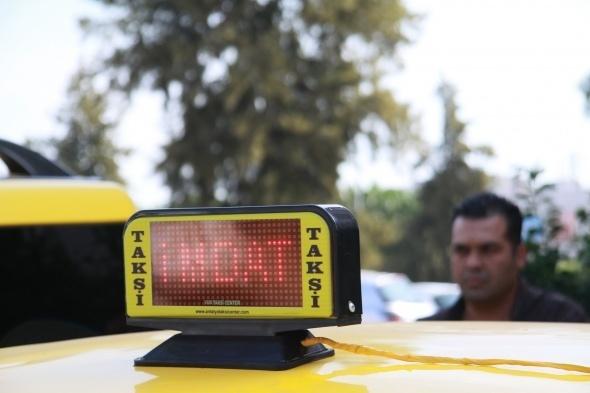 Antalya'da ticari taksici ve aynı zamanda girişimci olan Hakan Doğan, sürücülerinin tehlike anında yada acil durumlarda dışarıya yardım mesajı gönderebilmesini sağlayan uyarı sistemli taksi tepe lambası geliştirdi. Tehlike anında taksi yazan ışıklı anında 'Polis imdat' yazısına dönüyor.