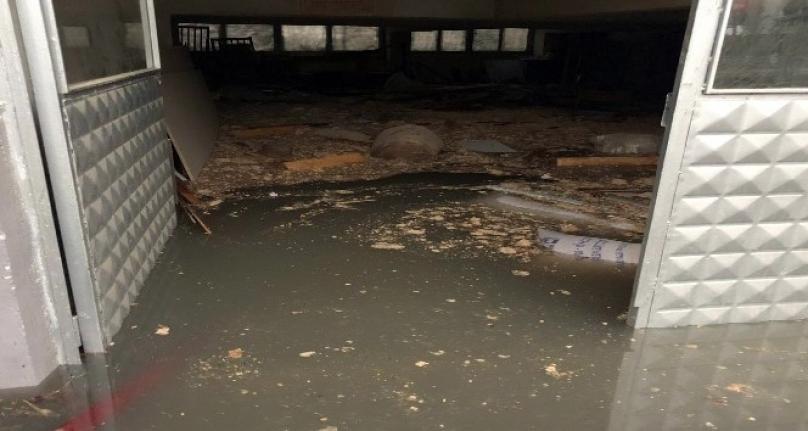 Dükkanını 2 metre su basan iş yeri sahibi gözyaşlarına hâkim olamadı