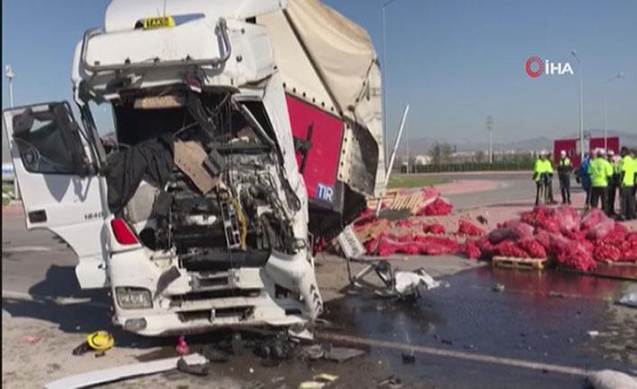 Tır ile servis otobüsü çarpıştı: 1 ölü, 24 yaralı