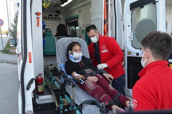 Anne ve okula götürdüğü 2 çocuğuna otomobil çarptı