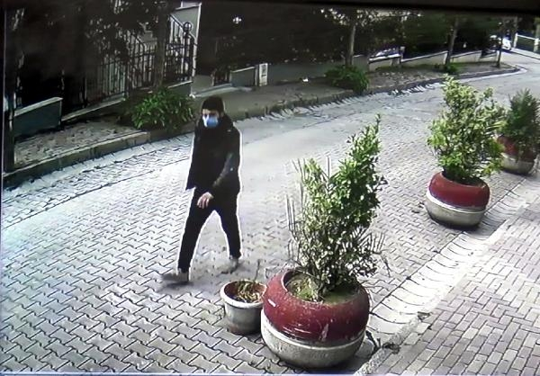 Avcılar'da cami tuvaletlerindeki muslukları çalma girişimi kamerada