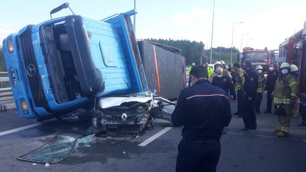 Beykoz Kuzey Marmara Otoyolu'nda TIR, otomobilin üstüne devrildi-1