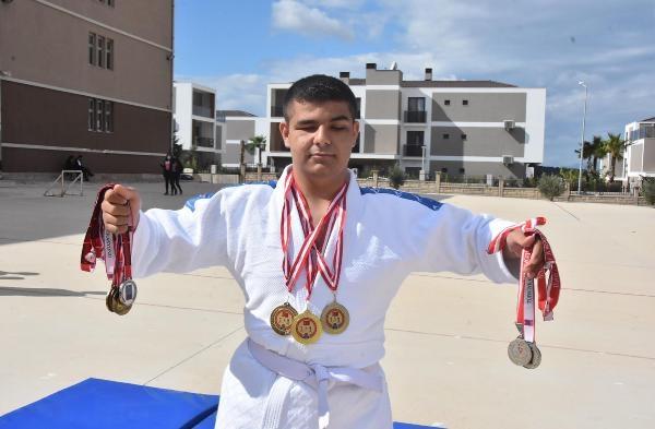 Görme engelli Ahmet,ilk turnuvada 2 altın madalya kazandı