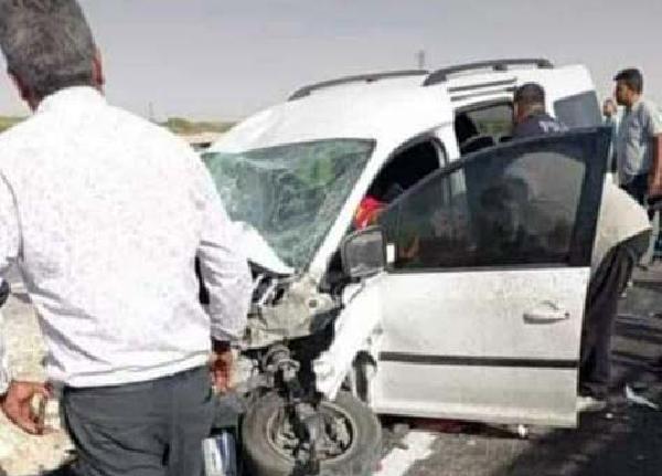 Hafif ticari araç traktöre çarptı: 1 ölü, 3 yaralı