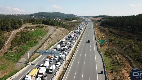 Havadan fotoğraflarla // Beykoz Kuzey Marmara Otoyolu'nda kamyon, otomobilin üstüne devrildi-3