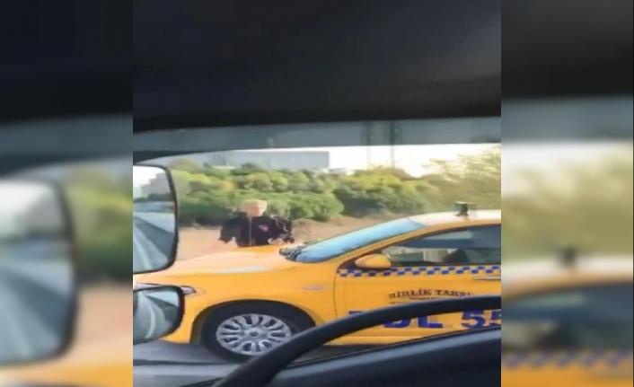 Kaldırımdan giden taksici, yayaya korna çalarak yol istedi