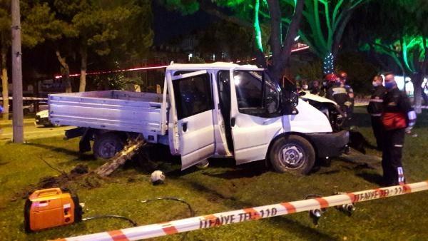Kamyonet, önce ağaca sonra elektrik direğine çarptı: 2 ölü