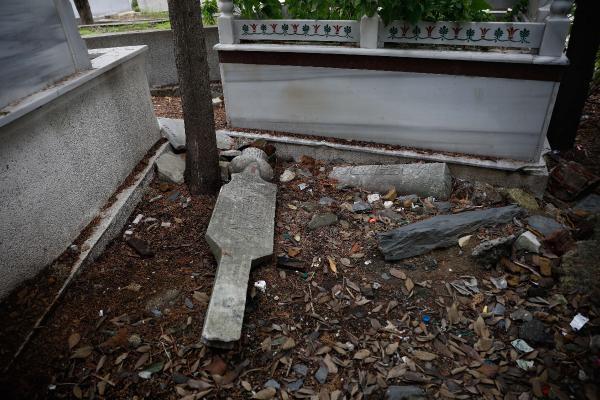 Kasımpaşa'da tarihi mezarların içler acısı hali