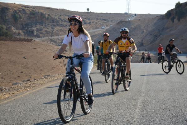 Öğretmenler Cudi Dağı'na bisiklet sürüp, mağarada çiğ köfte yedi