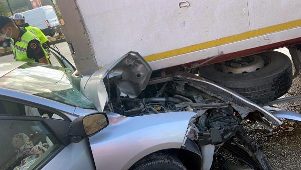 TIR'a çarpan otomobildeki 3 kişi yaralandı; kaza anı kamerada