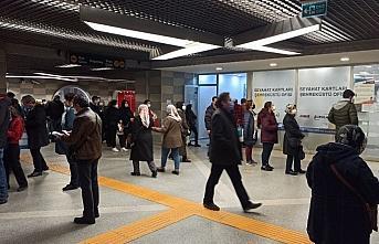 Bursa'da ulaşım kartına HES kodu tanıtmak isteyen vatandaşlar uzun kuyruklar oluşturdu