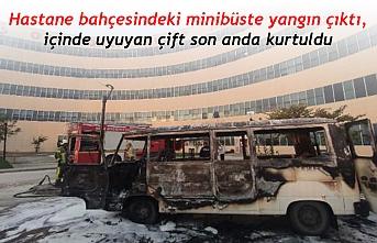 Hastane bahçesindeki minibüste yangın çıktı, içinde uyuyan çift son anda kurtuldu