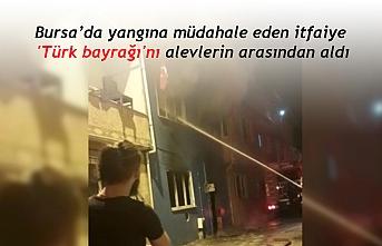 Yangına müdahale eden itfaiye 'Türk bayrağı'nı alevlerin arasından alıp