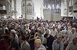 Ramazanın son cumasında vatandaşlar camilere sığmadı