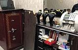 Kuyumcuya giren hırsızlar altın dolu kasayı açamadan böyle kaçtı