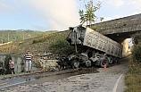 Köprüden alt geçide devrilen tırın sürücüsü ağır yaralandı