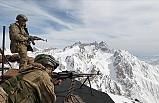 Mehmetçik Hakkari dağlarında teröristlere korku salıyor