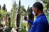 Oğlunun mezarını telefondan izleyerek, dua etti