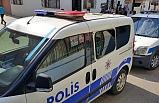 Kavgayı ayırmaya gelen polislerin aracını taşladı