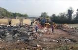 Sakarya'da itfaiye ekiplerinin soğutma ve iş makinelerinin enkaz kaldırma çalışmaları sürüyor