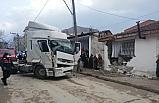 Bursa'da kontrolden çıkan tır eve çarptı: 1 yaralı
