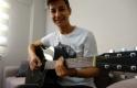 Video izleyerek gitar çalmayı öğrendi