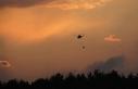 Havanın aydınlanmasıyla bir helikopter indi bir...