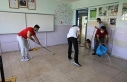 Okulu temizleyen öğretmenler, öğrencileri bekliyor