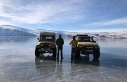 Aras Dağları zirvesinde bulunan donmuş göl üzerinde...