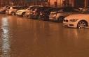 İzmir'i sağanak ve fırtına vurdu: Caddeler göle...