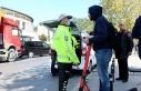 Kaldırımdan giden, yük taşıyan scooter kullanıcılarına...