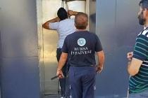 Bayram gezmesine çıkan 2 çocuk, asansörde mahsur kaldı