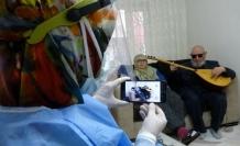 """Hanifi Dede'den aşı için gelen sağlıkçılara sazlı sözlü """"korona"""" bestesi"""