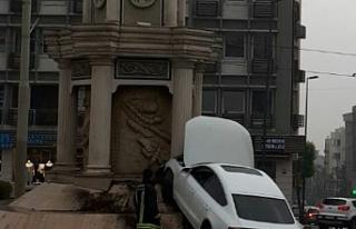 Kontrolden çıkan araç saat kulesine çarptı
