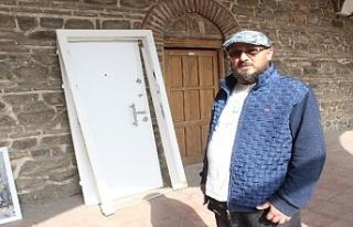 Tarihi Pirinçhan'daki beyaz çelik kapıya klip...