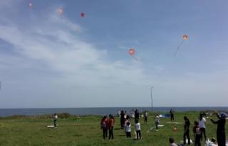 Ortaokul öğrencileri gökyüzünü uçurtmalarla...