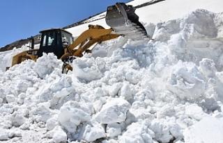 Ramazan ayında 8 metre karla mücadele!
