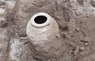 Tarlasını sürerken, bin yıllık Tarihi eser buldu