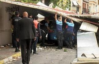 Maltepe'de uçan çatının altında kalan araçlar...