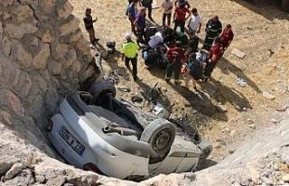 Otomobil 3 metrelik istinat duvarından düştü;...