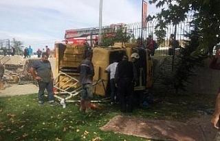 Otomobile çarpan kamyon lunapark bahçesine devrildi:...