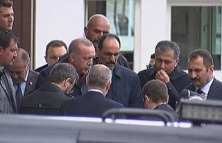 Erdoğan yanına gelen vatandaşın mektubunu aldı