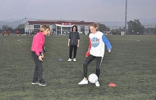 Kadın futbol takımını çalıştırıyor