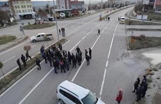 Yaralanmalı kazanın ardından mahalleli yolu trafiğe...