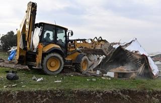 Bursa'da kaçak barakalar yıkıldı