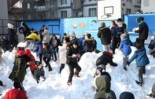 Bursa'da öğrenciler için okul bahçesine kar...