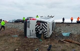 İşçi servisi ile otomobil çarpıştı: 16 yaralı