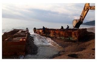 Sahile vuran 35 tonluk platform kaldırıldı